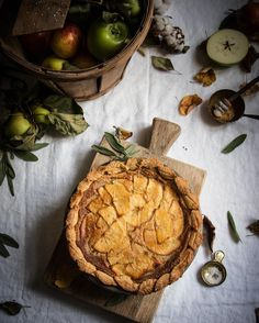 If a salty honey pie and a French apple pie had a baby it would look like this (my new invention salty honey apple pie) it smells so good I will write up the recipe and share it soon I used some @gustarehoney and I sage into the pastry for extra flavour. #buzzfeedfood #thatsdarling #eeeeeats #gloobyfood #feedfeed #f52grams #eattheworld #lifeandthyme #huffposttaste #hautecuisines #still_life_gallery #beautifulcuisines #foodandwine #foodnetwork #foodblogger #foodstyling #foodblogfeed #pie…