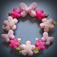i love wreaths Baby Crafts, Felt Crafts, Fabric Crafts, Sewing Crafts, Diy And Crafts, Sewing Projects, Projects To Try, Wreath Crafts, Burlap Wreath