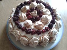 Śmietankowy tort jeżynowy z bezą
