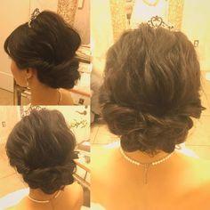 いいね!131件、コメント1件 ― Rie Yokoyamaさん(@rie_utahm)のInstagramアカウント: 「ウェーブシニヨンで挙式スタイル。 ティアラに合わせてトップは少し高めにふんわりと。 Produced by @the_terrace_by_the_sea Hair and Make by Rie…」