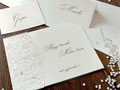 EGYSZERŰSÉGÉBEN REJLIK A SZÉPSÉGE. 😊 Az esküvői meghívót áttetsző, fehér termográfiával díszített pauszpapírba helyeztük, melyre fehér termografikus virágokat nyomtattunk. Két Swarovski kristály teszi teljessé az elegáns meghívót. 💎💎