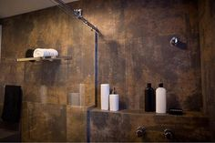 REVESTIMENTOS | Porcelanato Aço Corten | Projeto e Gerenciamento 📷@danibatfotografia . . . #oficina802 #projetodearquitetura #arquitetura #revestimento #banheiro #arquitetas #arquiteturadeinteriores #interiordesign Bamboo Bathroom, Rusted Metal, Metal Panels, Splashback, House In The Woods, Candle Sconces, Tiles, Wall Lights, House Design