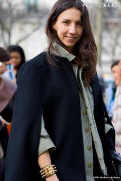 Géraldine Saglio ... ParisFW     Ce qu'on aime :  sa cape.   Ce qu'on lui pique :  son bracelet studs