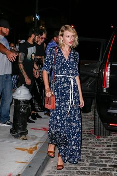 Taylor Swift Goes Out With Gigi Hadid & Zayn Malik in NYC!: Photo Taylor Swift looks looks stunning as she makes her way to her car on Monday (September in New York City. The singer was joined by pal Gigi Hadid… Taylor Swift New York, Estilo Taylor Swift, Taylor Swift Outfits, Taylor Swift Style, Taylor Alison Swift, Taylor Swift Gallery, Taylor Swift Pictures, Emma Roberts, Celebrity Red Carpet