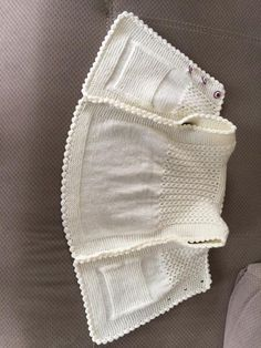 This Pin was discovered by Ned Flowers embroidered on lace patternDiscover thousands of images about Baby vest Baby Cardigan, Baby Boy Sweater, Baby Pullover, Baby Sweaters, Kids Knitting Patterns, Baby Sweater Knitting Pattern, Knitting For Kids, Knitting Designs, Baby Patterns