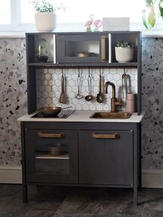 Looking for inspiration and DIY tutorials to hack the Ikea's Duktig kid play kitchen ? We are totally a fan of Ikea hack. This time with the Ikea Duktig kid play kitchen, it's actually more makeovers than hacks. Modern Grey Kitchen, Grey Kitchen Designs, Ikea Kitchen Design, Kitchen Decor, Kitchen Paint, Ikea Toy Kitchen Hack, Diy Kids Kitchen, Mini Kitchen, Ikea Childrens Kitchen