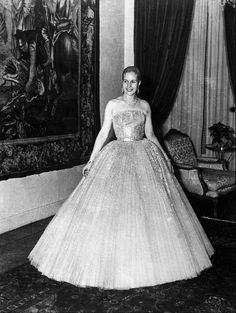 Eva Perón in Dior. Her most iconic image due to the incongruous image portrayed by the Lloyd-Weber & Rice musical of Evita in full evening dress on the balcony of the Casa Rosada (something Eva would never have actually contemplated). Christian Dior, Vintage Outfits, Vintage Fashion, Fifties Fashion, Vintage Gowns, Vintage Clothing, Black Tie Wedding, Quinceanera Dresses, Fashion History