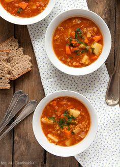 ZUPA Z SOCZEWICĄ I WARZYWAMI    W szarobure dni, gdy z wielką tęsknotą wyglądamy słońca, nic tak nie poprawia nastroju jak talerz pysznej rozgrzewającej zupy. Zupa z soczewicą i warzywami – to jest to.