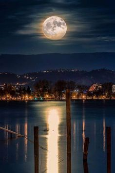 Super moon In Kelowna. Photo by Alexander Hill Beautiful Moon, Beautiful World, Beautiful Places, Moon Pictures, Pretty Pictures, Stars Night, Shoot The Moon, Photos Voyages, Super Moon