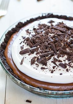 The BEST French Silk Pie Recipe (Easy & Homemade!) - Averie Cooks - - This French silk pie is made with an Oreo cookie crust. The filling is a cross between chocolate mousse and chocolate cheesecake, and it's so addicting! Chocolate Silk Pie, Chocolate Pie Recipes, Chocolate Cheesecake, German Chocolate, Easy Pie Recipes, Dessert Recipes, Delicious Recipes, Biscuit Oreo, French Silk Pie