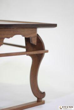 월넛 나주식 소반 이번 추석에 장모님께 선물해 드린 월넛 나주식 소반입니다. 흡족해 하시니 힘들었던 제... Living Furniture, Sofa Furniture, Furniture Design, Wood Table, Table And Chairs, Chinese Table, Chinese Furniture, Coffe Table, Center Table