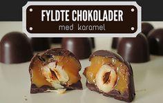 En knasende chokoladeskal gemmer på et skønt indre af karamel og hasselnødder.