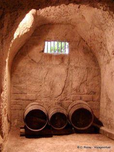 Tonneaux dans la cave creusée dans le tuffeau, Château d'Ussé, France.