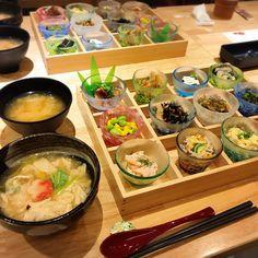 京都でおすすめのおばんざいが人気の『京菜味のむら』を紹介していきます。「美味しい!」「カワイイ!」「ヘルシー!」「安い!」の最強四拍子が揃ったおばんざいは京都の新定番になる予感…実際に訪れた筆者が『京菜味のむら』の魅力を丁寧に解説していきます。(※掲載されている情報は2017年11月に公開したものです。必ず事前にお調べ下さい。) Cafe Food, Food N, Food And Drink, Japanese Dishes, Japanese Food, Tasty Dishes, Food Dishes, Food Decoration, Restaurant Recipes