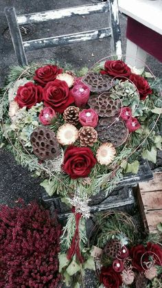 Casket Flowers, Funeral Flowers, Christmas And New Year, Winter Christmas, Christmas Wreaths, Cemetery Decorations, Funeral Tributes, Ikebana, Red Roses