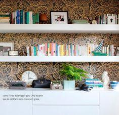 Papel de parede deu charme a estante