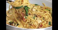 Des pâtes dans une sauce crémeuse aux champignons et au poulet... On en veut tout de suite Pasta Dishes, Vegetarian Recipes, Spaghetti, Turkey, Chicken, Baking, Ethnic Recipes, Cheese, Cooker Recipes