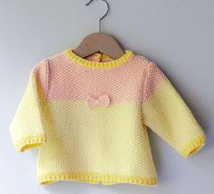 Ce modèle de brassière / pull est tricoté en 'Fil cabotine', coloris vanille / fraise ! Tout en gourmandise, ce modèle est tricoté au point de riz, pour un modèle tout doux pour bébé. Modèle tricot n°05 du catalogue 105 : Layette, pitchouns, Printemps/été