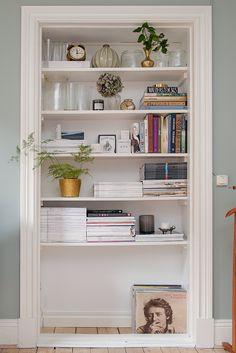 Inbyggd bokhylla Door Casing, Other Rooms, Home Interior Design, Bookshelf Storage, Built In Bookcase, Bookcases, Shelving, Villa, Bradford