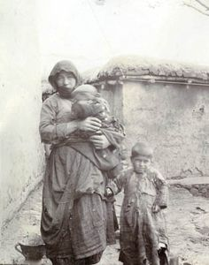 Armenian woman Arek Manukyan with her children, Mush 1916   Collection of Bodil Biorn
