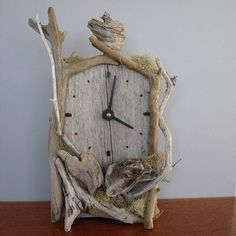 I love this clock. It reminds me of when I would make dolls for Cleo out of dried straw and sticks. I sort of miss making things this way, even though all the fancy machines here in Australia are helpful. Clock Art, Diy Clock, Driftwood Sculpture, Driftwood Art, Driftwood Projects, Got Wood, Wood Clocks, Beach Crafts, Weathered Wood