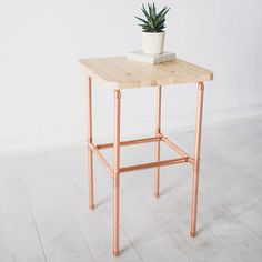 Wohnung diy Copper And Pine Bedside Nightstand Table Want Free Money? Copper Bedside Table, Copper Table, Pine Bedside Tables, Copper Furniture, Pipe Furniture, Furniture Design, Diy Table Legs, Pipe Table, Modern Floor Lamps