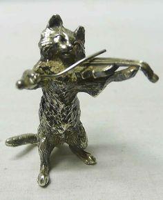 Vintage Серебряный Кот - Цена £150 Восхитительный маленький серебряный кот играет на скрипке. Литого серебра. Отличное качество и очаровательный выражение лица. Вес 68 грамм, чуть более 2 унций. Высота 5 см. Бирмингем 1976.