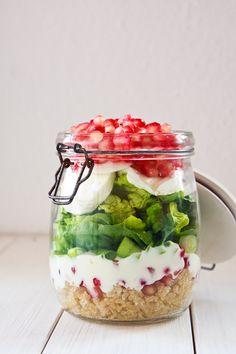 Kennt ihr schon die Mason Jar Salate? Wer von euch viel auf Pinterest und in der Blogosphäre unterwegs ist ganz bestimmt! Ihr liebe sie! Für den perfekten Mittagspausensnack schichtet ihr einfach am V