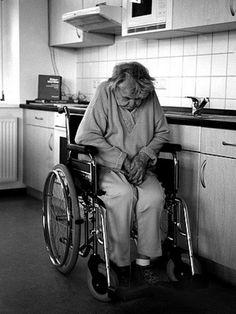 Cada día miles de ancianos mueren en residencias. Muchosllevan años esperando lavisita o llamada de sus familiares.Por desgracia, hoy en día la gente está muy ocupada o simplemente no tiene ganas de visitar a sus seres queridos. Al final de sus vidas a muchos ancianos lo que les espera es una vida en soledad. Estos