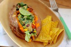 Zoete aardappel uit de oven. Hoe bereid je de ultieme zoete aardappel? Hoe maak je van een grote zoete aardappel een complete maaltijd?