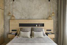 Un dormitorio rústico en un estilo actualizado en el que predominan la madera y el microcemento. La frialdad de las paredes se contrarresta con las texturas de los tejidos de la ropa de cama y las cortinas, así como con la propia madera del cabecero. El cuarto de baño queda oculto tras un armario a medida de madera. Floating Nightstand, New Homes, Bedroom, Table, Furniture, Home Decor, Thoughts, Lighting, Ideas