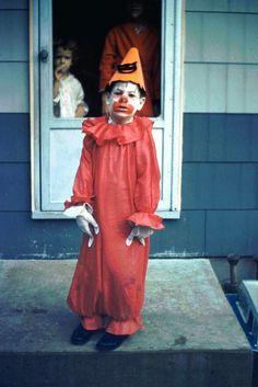 Vintage kid in clown Halloween costume 1960s Halloween, Vintage Halloween Photos, Vintage Halloween Decorations, Halloween Pictures, Halloween Art, Holidays Halloween, Happy Halloween, Vintage Photos, Halloween Costumes