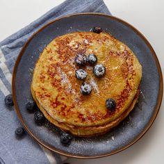 Har du forsøkte å lage pannekaker med eple? De blir skikkelig luftige og gode, og får noe litt eplekakeaktig over seg. Nydelig lunsj eller helgefrokost når man vil skjemme seg litt ekstra bort. Pancakes, Baking, Breakfast, Sweet, Food, Drink, Recipes, Morning Coffee, Candy