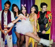 Cynthia com os amigos Pâmela Tomé, Enzo Romani, Giulia Costa e Nicolas Prattes (Foto: Fabiane Borges/Arquivo Pessoal)