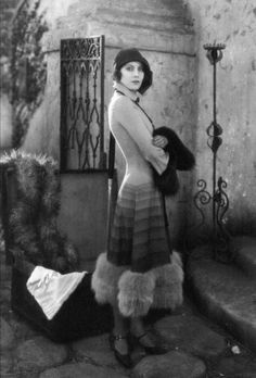 Vintage glamour with fur trim and cloche hat to top it off. Glamour Vintage, Glamour Hollywoodien, Vintage Beauty, Hollywood Vintage, Hollywood Glamour, Classic Hollywood, Vintage Outfits, Vintage Fashion, Fashion 1920s