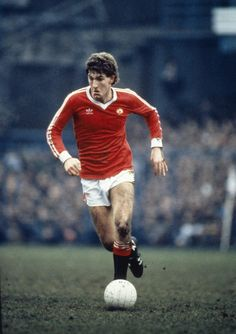 Reds legend @Michael Norman whiteside made his debut on this day in 1982. He went on to play 274 #mufc games & score 67 goals. pic.twitter.com/w2ATz7UcP3