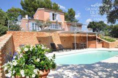 LES OCRES (Roussillon) - Prachtige villa met privé zwembad, poolhouse, jacuzzi en magnifiek uitzicht, gelegen op 5 minuten wandelafstand van het dorpscentrum van Roussillon. Deze villa is ingericht in een Provençaalse stijl en beschikt over het al het nodige comfort. Met haar 3 slaapkamers met privé badkamers, is deze vakantiewoning geschikt voor 6 personen.