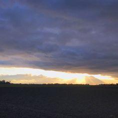 Verbuchen wir es doch einfach unter  ein Lichtblick. . . . . . #4moresun #theresalwaysthesun #rayoflight #decembersky #skyporn #cloudy #cloudscape #skylovers #cloudyday #epicsky #cloud_skye #instacloud #crazyclouds #sky_captures #rayofsun #skyart #sky_brilliance #lichtblick #sonnenstrahl #himmelsbild