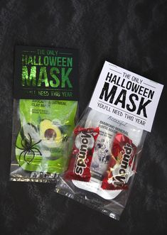 This is such a fun Halloween gift for your girlfriends! Halloween Mask Gift Idea with pinrtable. Halloween Teacher Gifts, Halloween Gift Baskets, Halloween Goodies, Halloween Boo, Holidays Halloween, Halloween Treats, Halloween 2020, Halloween Dinner, Halloween Decorations