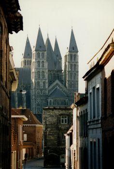 :Five Towers of the Notre-Dame de Tournai in Hainaut, Belgium, photo by groeling via architectureandarts, kthyk