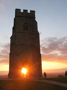 A magnificent Glastonbury Tor Glastonbury Tor, Glastonbury England, Mists Of Avalon, Places In England, Great Britain, Cool Places To Visit, Beautiful Landscapes, Beautiful Places, Scenery