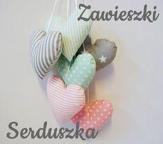ZAWIESZKI SERCAhttp://www.jagodowykot.pl/shop/dekoracje-lozeczka/zawieszki-serca/