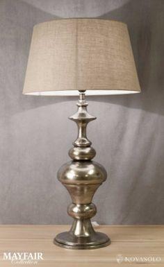 Stor og tøff Mayfair bordlampe i støpt aluminium. Lampen har en rustikk antikkgrå finish og leveres komplett med skjerm i lin.Mål:Total høyde 85…