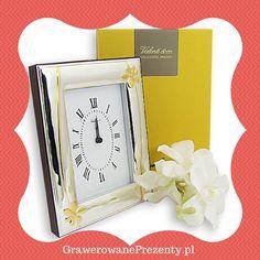Eleganckim upominkiem z okazji Dnia Nauczyciela będzie również srebrny zegar o wymiarach 18 na 19 cm, zdobiony lśniącymi, złotymi kwiatkami. Ramka zegara zrobiona jest z dwuwarstwowej blachy aluminium i srebra.