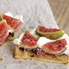 Découpe de la tartelette aux figues fraîches. Retrouvez la recette sur la blog.