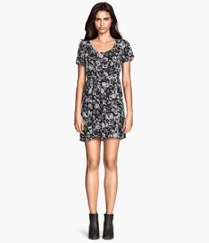 Short-sleeved dress in crinkled, woven fabric. Lacing at back. Unlined. | H&M US