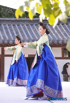Dancers at Unhyeongung