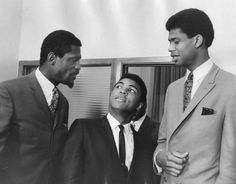 Muhammad Ali, flanked by basketball players Bill Russell and Lew Alcindor (Kareem Abdul-Jabbar). Muhammad Ali Quotes, Muhammad Ali Boxing, Basketball History, Basketball Players, Basketball Legends, Basketball Shoes, American Athletes, Bill Russell, Kareem Abdul Jabbar