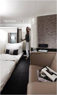 Quarto super VIP - Luxo da primeira classe da Empresa Aérea Etihad Airways. Poltrona transforma-se em cama confortável.