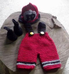 conjunto confeccionado em croche gorro,botinhas e calça com suspensorio. cor - vermelho e preto tamanhos - RN / 1 a 3 / 3 a 6 meses R$ 89,90